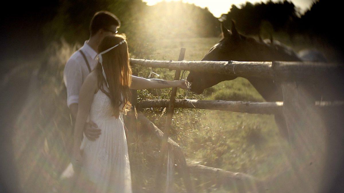 para młoda z koniem, ślubny plener filmowy, para młoda boho, alternatywny film ślubny