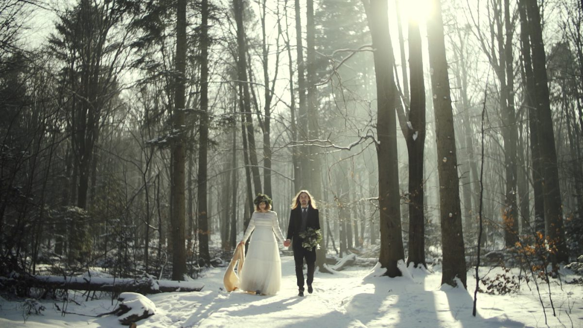 ślub zimą, para młoda w śniegu, plenerowa sesja filmowa