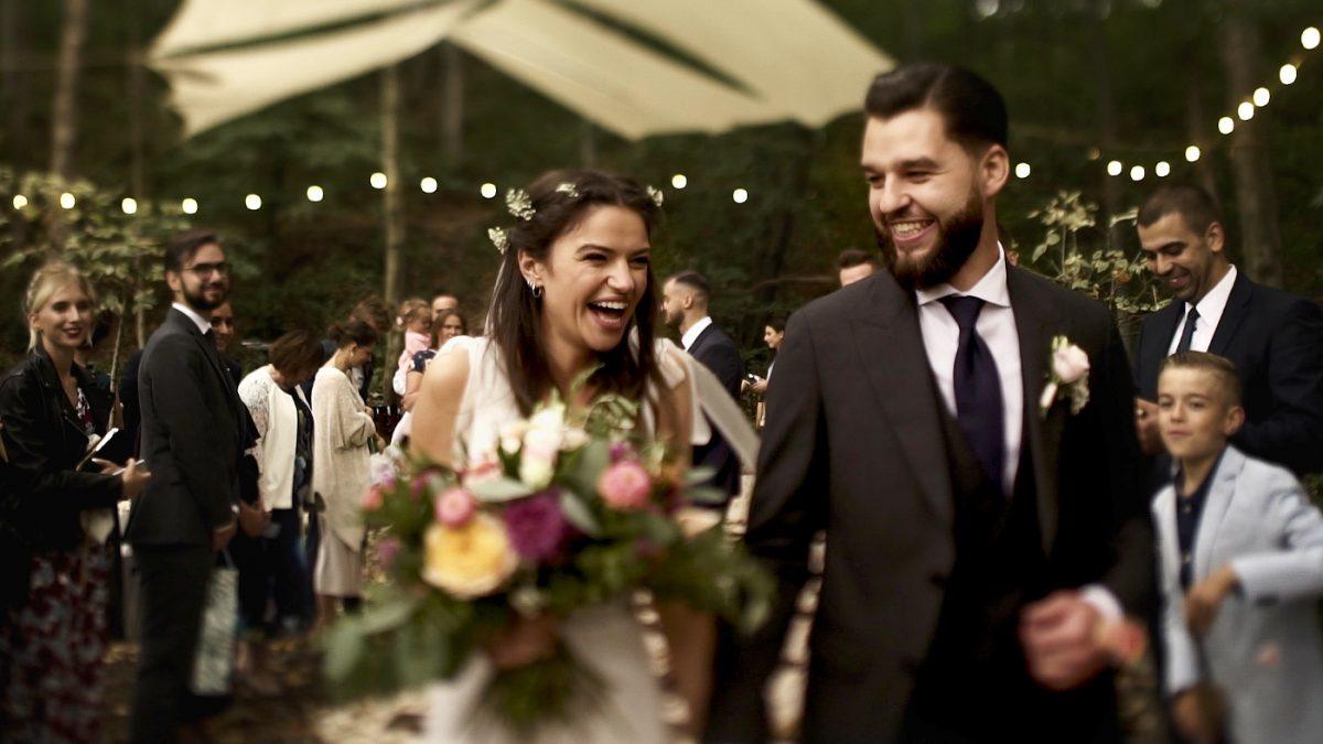 Stara Kruszarnia, ślub plenerowy, roześmiana para młoda