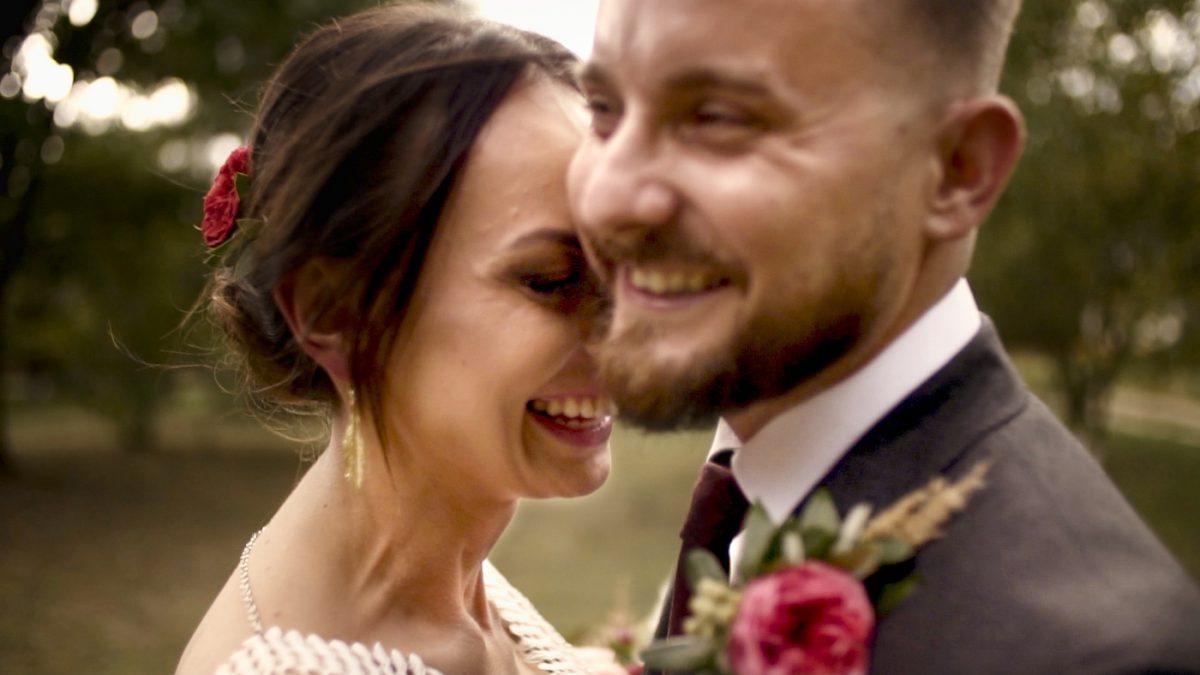 Skansen Tokarnia, para młoda w stylu boho, rustykalny film ślubny