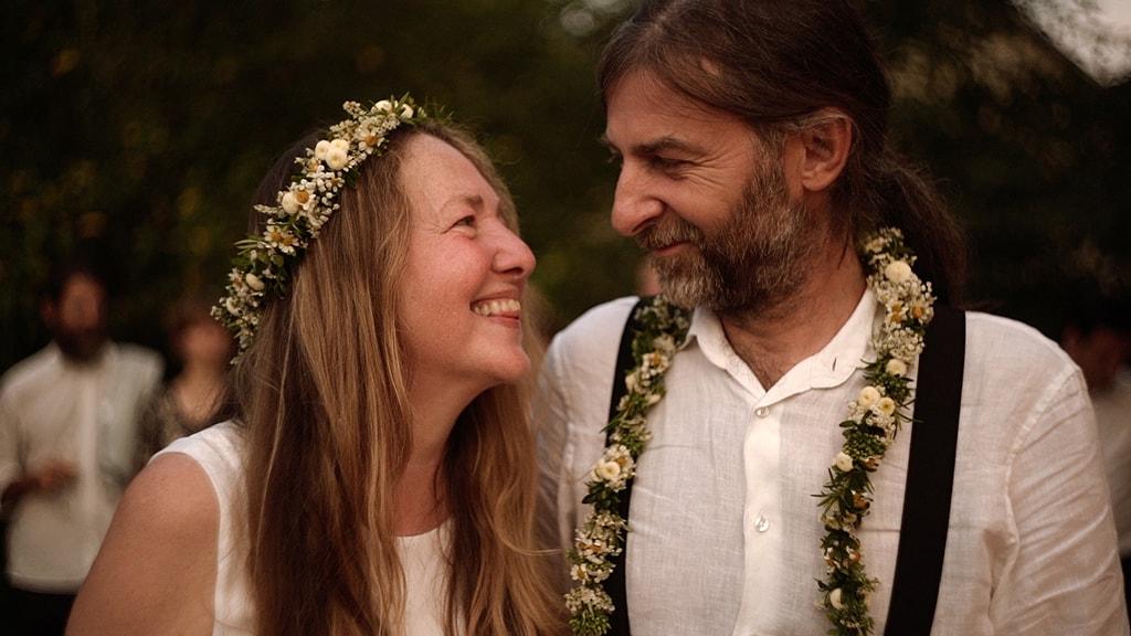 Zakochana para nowożeńców zaraz po ceremonii ognia. Piękny i symboliczny rytuał przepełniony emocjami w którym uczestniczyli najbliżsi przyjaciele i rodzina. Ślub we własnym ogrodzie. Kadr z filmu nazajutrz.film.