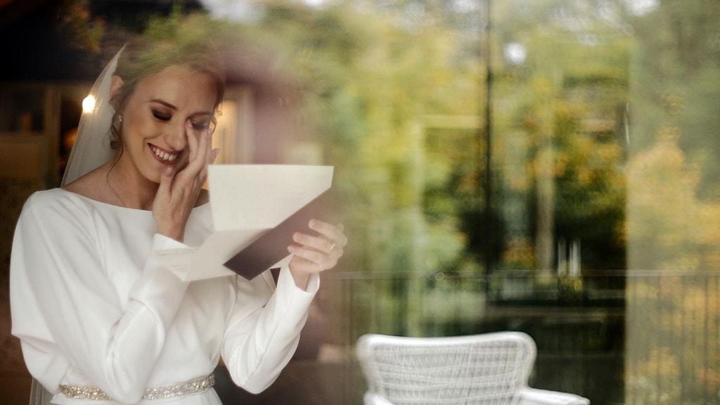 Panna młoda czytająca list od swojego narzeczonego przed ślubem. Wesele w Polna Zdrój we Wleniu. Kadr z filmu nazajutrz.film.