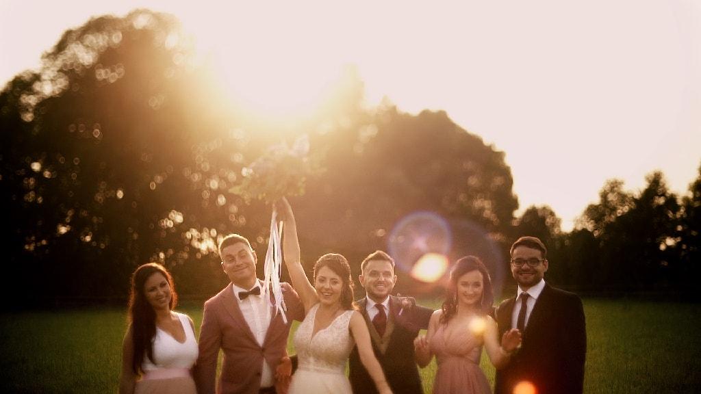 Para młoda ze świadkami pozuje do zdjęcia na łące przy zachodzie słońca. Ślub plenerowy Spichlerz Galowice pod Wrocławiem.
