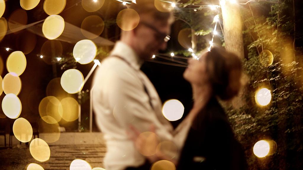 Przytulona para młoda otoczona girlandami lampek w lesie przy Starej Kruszarni w Złotym Stoku, film ślubny, nazajutrz.film